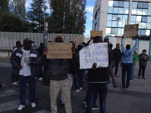La protesta dei migranti contro l'Arci 2
