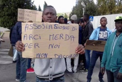 La protesta dei migranti contro l'Arci 4