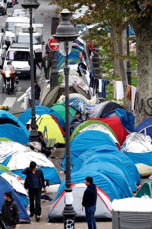 Parigi invasa dai migranti 2