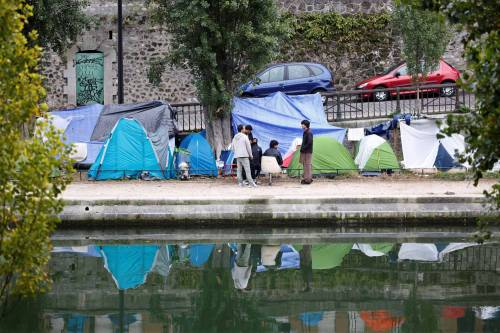 Parigi invasa dai migranti 5