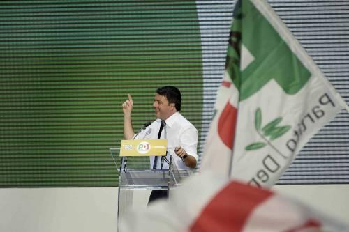 Renzi fiuta il vento del No e implora gli italiani all'estero