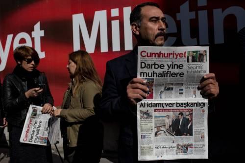 Protesta davanti agli uffici di Cumhuriyet dopo il blitz contro il quotidiano