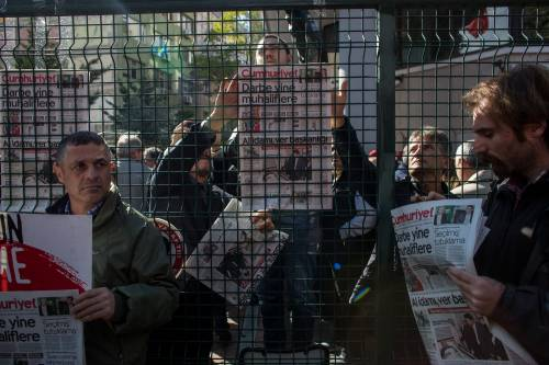 Protesta davanti alla sede di Cumhuriyet 2