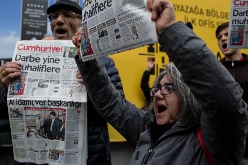 Protesta davanti alla sede di Cumhuriyet 4