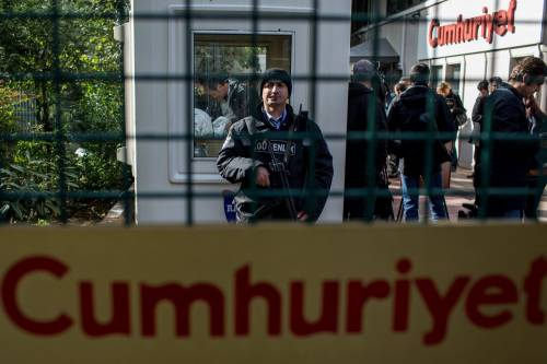 Protesta davanti alla sede di Cumhuriyet 6