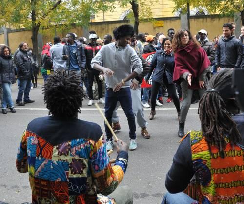 I migranti entrano alla Montello e la sinistra festeggia in piazza