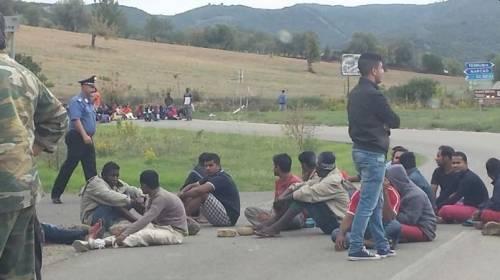 Strade bloccate e sit in violenti: gli immigrati incendiano la Sardegna
