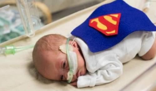 Halloween, infermieri travestono da supereroi i bimbi nati prematuri