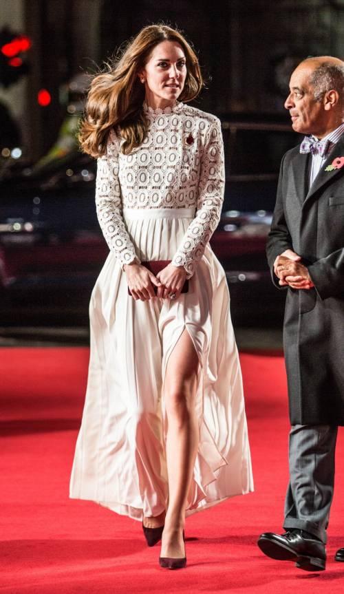 Kate Middleton sfoggia uno spacco molto generoso 2