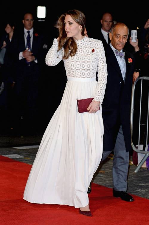 Kate Middleton sfoggia uno spacco molto generoso 5