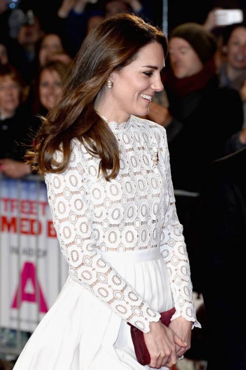 Kate Middleton sfoggia uno spacco molto generoso 6