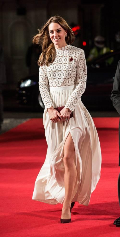 Kate Middleton sfoggia uno spacco molto generoso 4