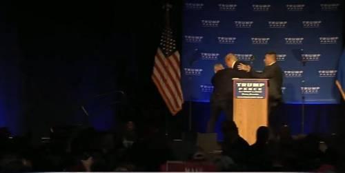 Paura per Trump in Nevada: gli agenti lo portano via dal palco