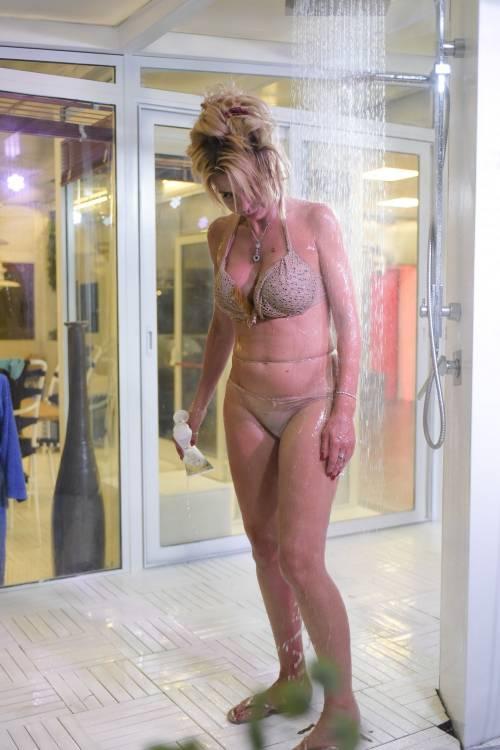 Grande Fratello Vip: nudità, docce e momenti sexy 4