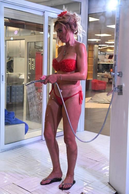 Grande Fratello Vip: nudità, docce e momenti sexy 9