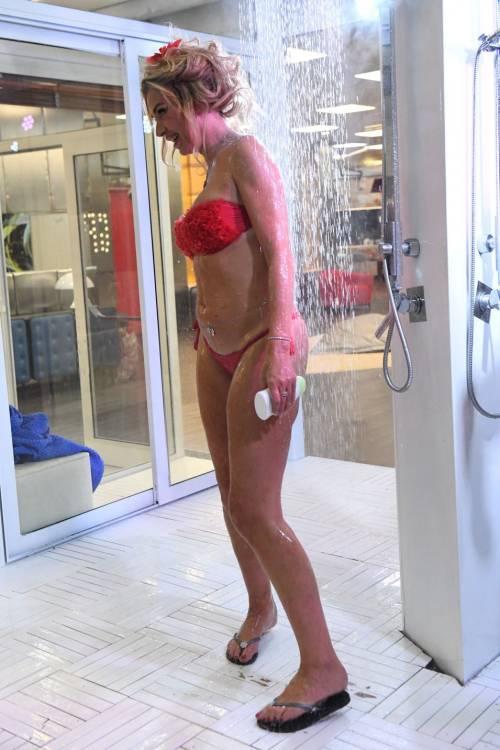 Grande Fratello Vip: nudità, docce e momenti sexy 8