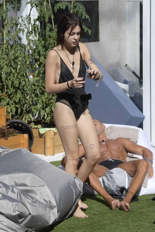 Grande Fratello Vip: nudità, docce e momenti sexy 51