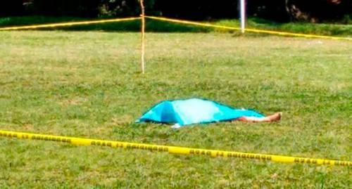 Orrore in campo: l'arbitro lo espelle e lui lo ammazza a testate