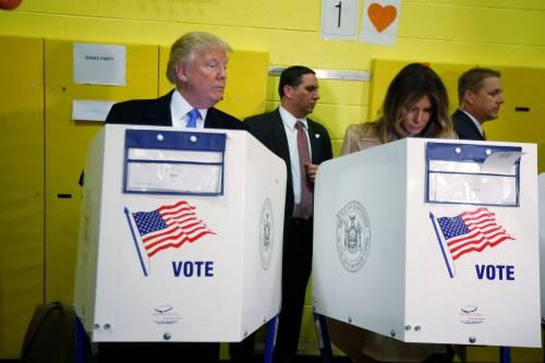 """Trump sbircia Melania. E scatta l'ironia sul web: """"Controlla che lo voti?"""""""