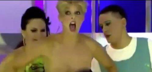 Nuda in diretta tv: seno al vento davanti alla telecamera