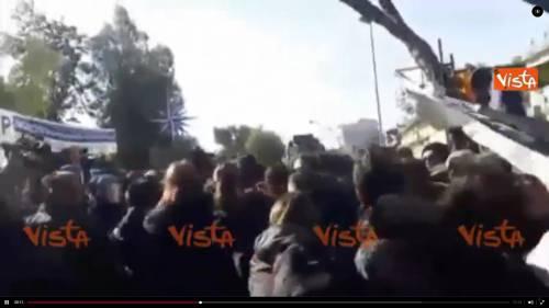 Renzi accolto a Napoli dagli scontri tra polizia e centri sociali
