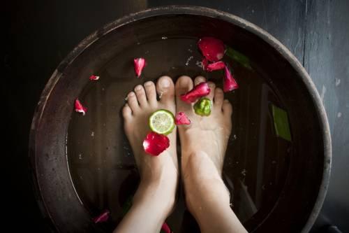 Talloni e piedi screpolati, con lo scrub tornano in salute