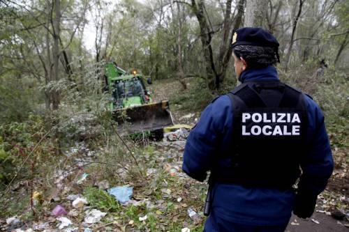 """E a Milano spuntano le ruspe contro il """"bosco della droga"""""""