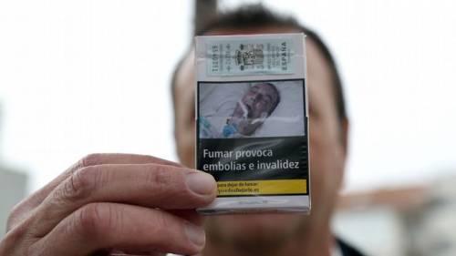 """""""Quello sui pacchetti di sigarette è mio padre"""": la denuncia di un 48enne di Torino"""