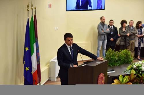 """Renzi corregge il tiro sulla bandiera Ue: """"Teniamola, ma l'Europa promuova la crescita"""""""