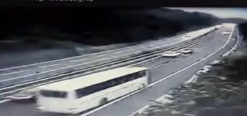 Avellino, tragedia bus: spunta un nuovo video dell'incidente