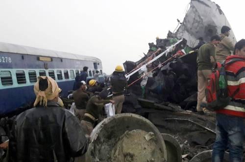 India un treno è deragliato in un grave incidente ferroviario 8