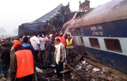 India un treno è deragliato in un grave incidente ferroviario 7