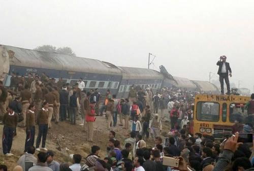 India un treno è deragliato in un grave incidente ferroviario 6