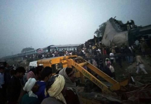 India un treno è deragliato in un grave incidente ferroviario 9