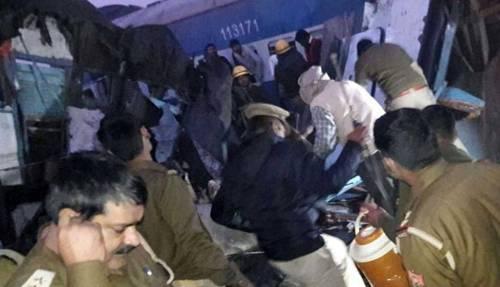 India un treno è deragliato in un grave incidente ferroviario 10
