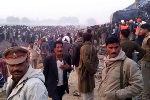 India un treno è deragliato in un grave incidente ferroviario 11