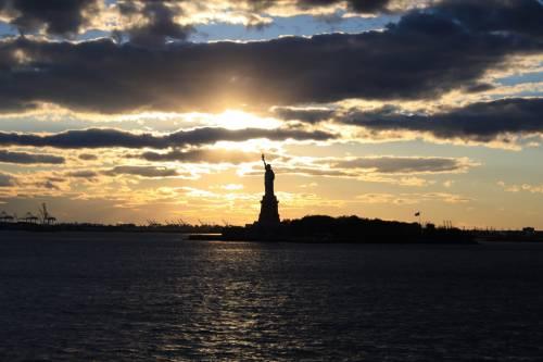"""Satira scatenata su Trump: """"Statua della libertà incita all'immigrazione"""""""