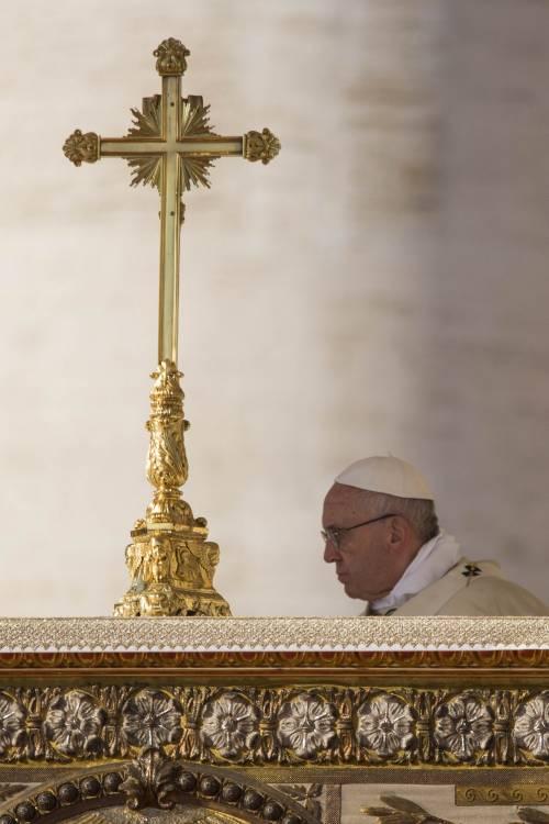 Papa Bergoglio, la rivoluzione a partire da un inchino
