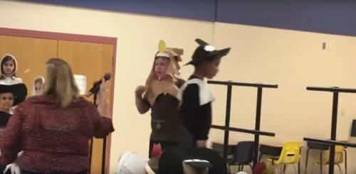 Usa, maestra toglie il microfono a bambino autistico dopo la recita