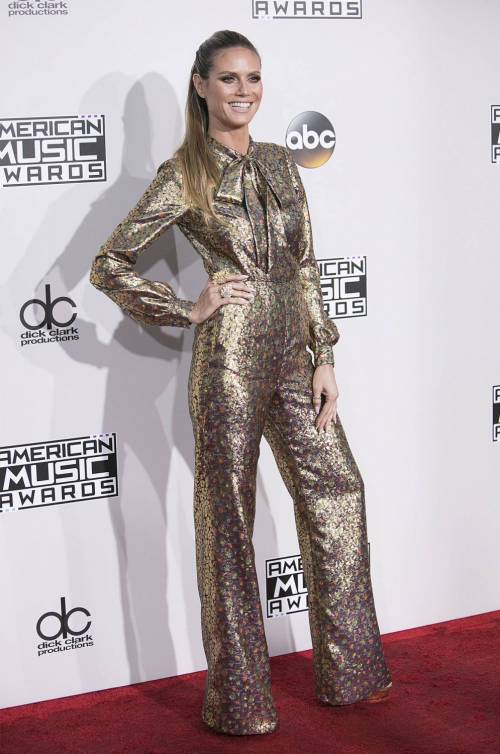 American Music Awards 2016, ecco i lokk stravaganti delle star 12
