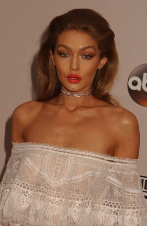 American Music Awards 2016, ecco i lokk stravaganti delle star 14