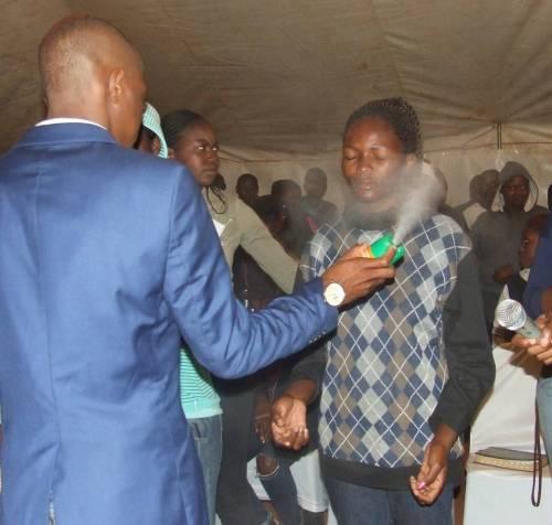 """Sudafrica, predicatore spruzza l'insetticida ai suoi fedeli: """"Cura da Hiv e dal cancro"""""""