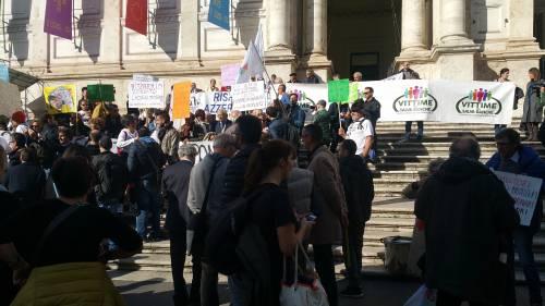 """Salva Banche, risparmiatori in piazza: """"Renzi, vogliamo indietro i nostri soldi"""" 3"""