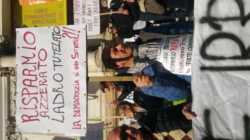 """Salva Banche, risparmiatori in piazza: """"Renzi, vogliamo indietro i nostri soldi"""" 4"""