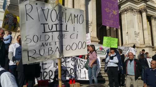 """Salva Banche, risparmiatori in piazza: """"Renzi, vogliamo indietro i nostri soldi"""" 11"""