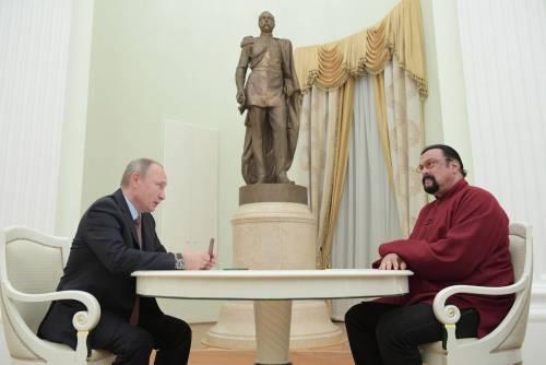 Putin consegna a Seagal il passaporto russo