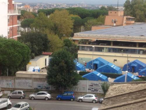 Croce Rossa apre una tendopoli: incubo immigrati per i residenti