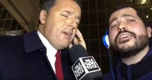 """Referendum, Renzi canta in radio: """"Votate Sì o inizio a fare il cantante"""""""