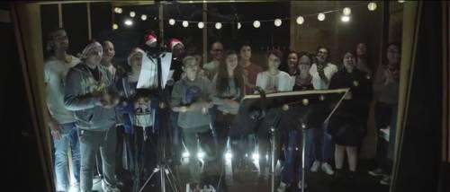 """Il coro dei ragazzi intona il rap: """"Palle di Natale"""""""