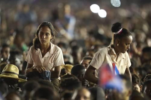 Una piazza gremita e commossa dà l'ultimo addio a Fidel Castro